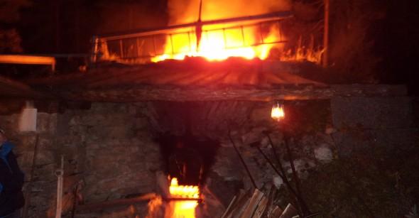 Eldstaden fylls med meter-lång ved vid varje laddning som sker ungefär var 10:e minut. Totalt åtgår ca 40 kubikmeter ved under bränningen.