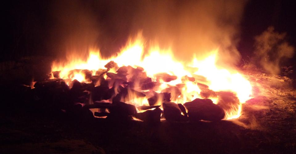 När ugnen är färdigbränd efter ca. tre dygn, börjar lågorna bli blåaktiga.