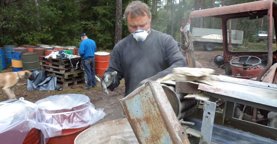 Pack-stenen packas i tomma olje-fat som försluts med plast för lagring.