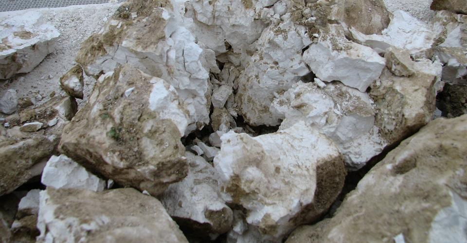 När stenen är helt genombränd är den vit som krita.