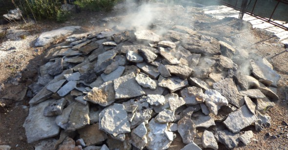 De första timmarna eldas ugnen försiktigt för att driva ut fukt ur sten och ugn, sedan eldas det intensivt.